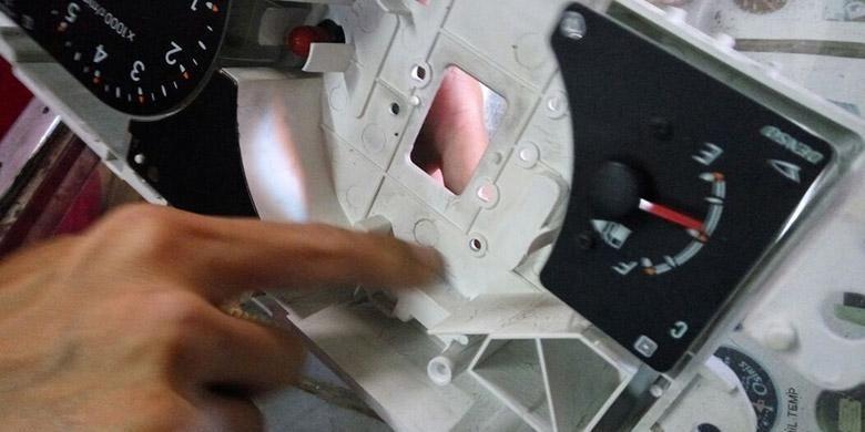 Bagian dalam panel instrumen atau speedometer. Butuh dibersihkan