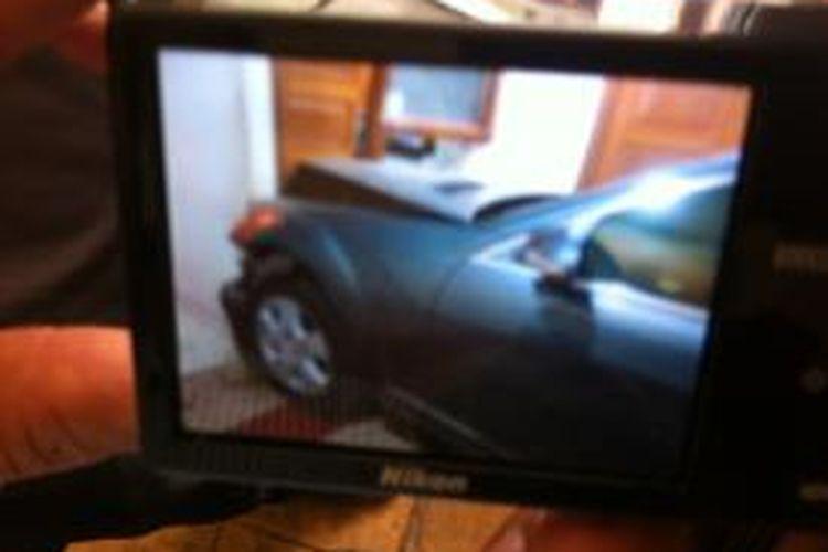 Foto kerusakan mobil Adiguna Sutowo di dalam rumahnya, Minggu (27/10/2013)