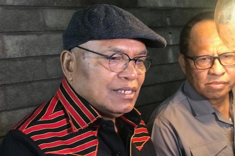 Sekretaris FLHI sekaligus praktisi hukum Petrus Selestinus (kiri) saat konferensi pers di kawasan Blok M, Jakarta Selatan, Minggu (15/9/2019).