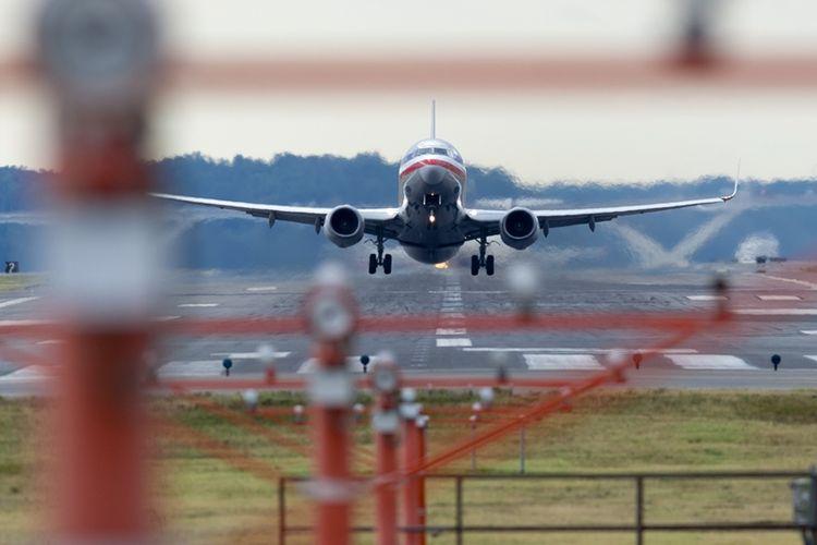 Pesawat American Airlines di landasan pacu bandara.