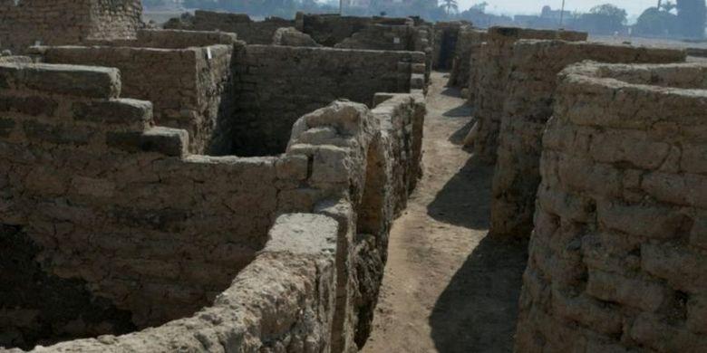 Kota kuno itu ditemukan dekat lokasi beberapa monumen terkenal di Mesir.