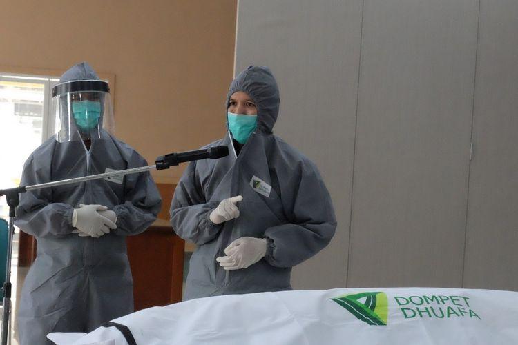 Tim Barzah Dompet Dhuafa memaparkan materi tentang protokol pemulasaran jenazah Covid-19 untuk tenaga kesehatan RS Harapan Kita, beberapa waktu lalu.
