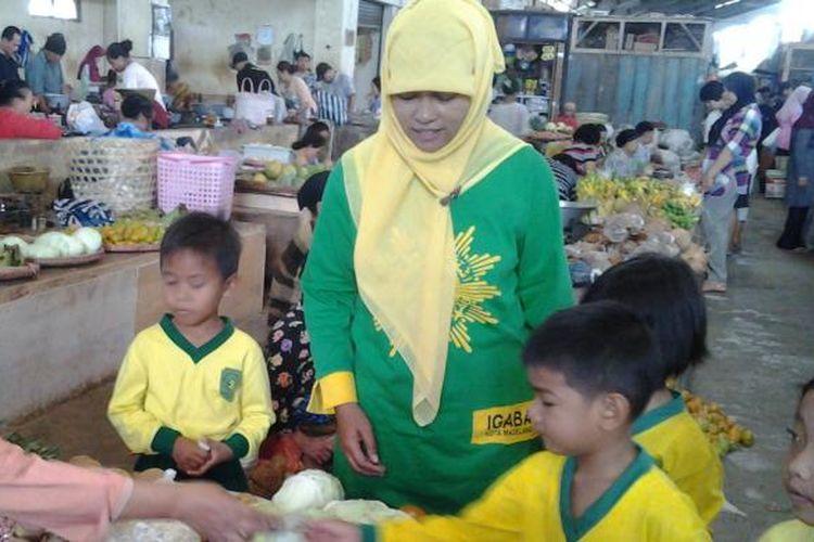 Anak-anak TK Aishiyah Bustanul Athfal Kota Magelang belajar bertransaksi jual beli di pasar tradisional Kebonpolo Kota Magelang, Jumat (20/9/2013).