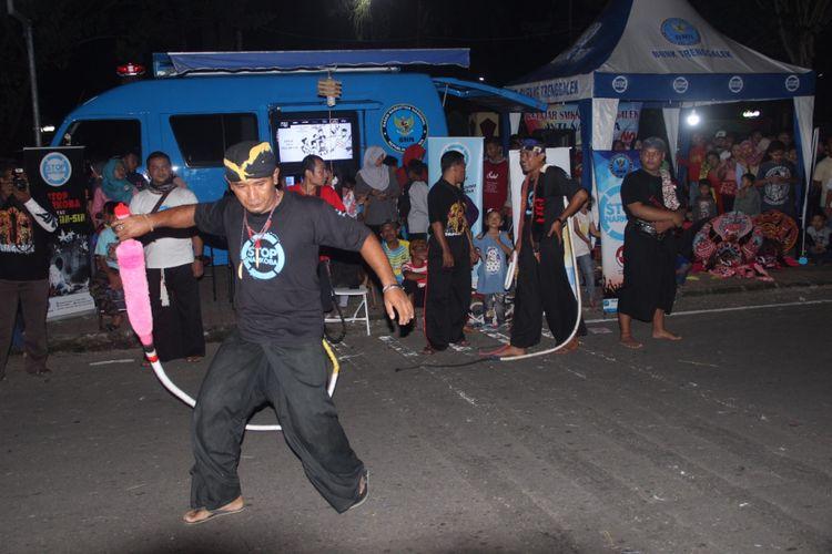 Suasana car free night di Kabupaten Trenggalek yang digelar setiap Sabtu malam. Kegiatan ini tak hanya memberi hiburan kepada masyarakat tetapi juga meningkatkan perekonomian rakyat.