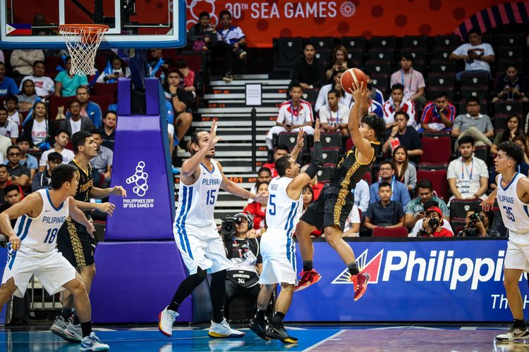 Pebasket Indonesia H Lakudu beraksi saat melawan pebasket Filipina dalam pertandingan babak semifinal Bola Basket Putra SEA Games 2019 di SM Mall of Asia Arena, Manila, Filipina, Senin (9/12/2019). Timnas bola basket putra Indonesia gagal melaju ke babak final setelah kalah 70-97 dari tuan rumah Filipina.