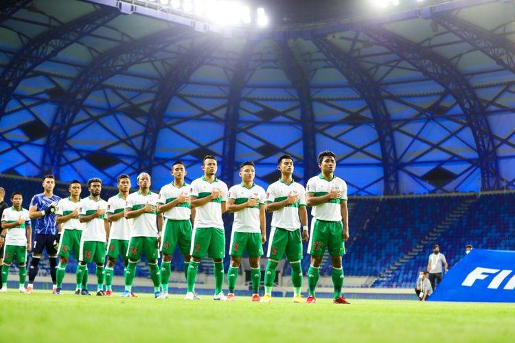 Para pemain timnas Indonesia menyanyikan lagu kebangsaan sebelum menghadapi Vietnam di Stadion Al Maktoum, Dubai, Uni Emirat Arab, Senin (7/6/2021), pada laga lanjutan Grup G Kualifikasi Piala Dunia 2022 Zona Asia.