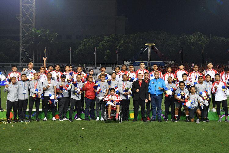 Para pemain Timnas U-22 Indonesia beserta ofisial dan pengurus PSSI berfoto bersama seusai meraih perak sepak bola putra SEA Games 2019 di Stadion Rizal Memorial, Manila, Filipina, Selasa (10/12/2019). Timnas U-22 Indonesia meraih medali perak setelah kalah 0-3 dari Vietnam.