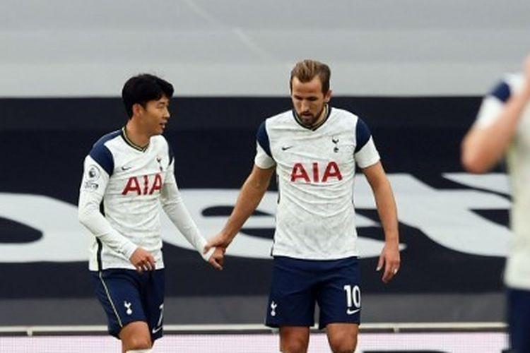 Penyerang Tottenham, Son Heung-min dan Harry Kane, merayakan gol ke gawang West Ham pada ajang Liga Inggris, Minggu (18/10/2020).
