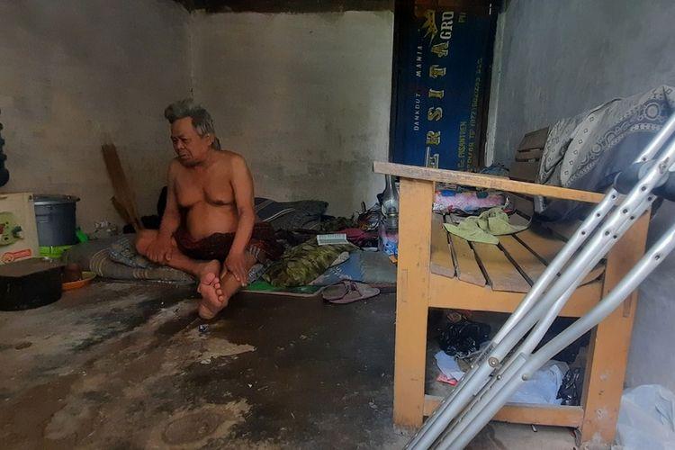 Abah Yana (70), selama ini tinggal sendirian menumpang di rumah kosong hampir ambruk sampai tak berdaya ditinggalkan anak-anaknya di Kampung Tarikolot, Desa Citamba, Kecamatan Ciawi, Kabupaten Tasikmalaya, Sabtu (24/4/2021).