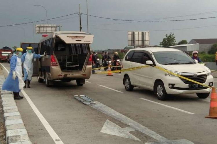 Evakuasi korban meninggal dalam mobil di area pintu masuk Tol Madiun