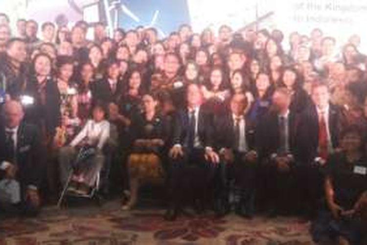 Perdana Menteri Kerajaan Belanda Mark Rutte dan Menteri Luar Negeri RI Retno Marsudi berfoto bersama ratusan alumni perguruan tinggi Belanda pada acara 'Young Leaders & Alumni Reception