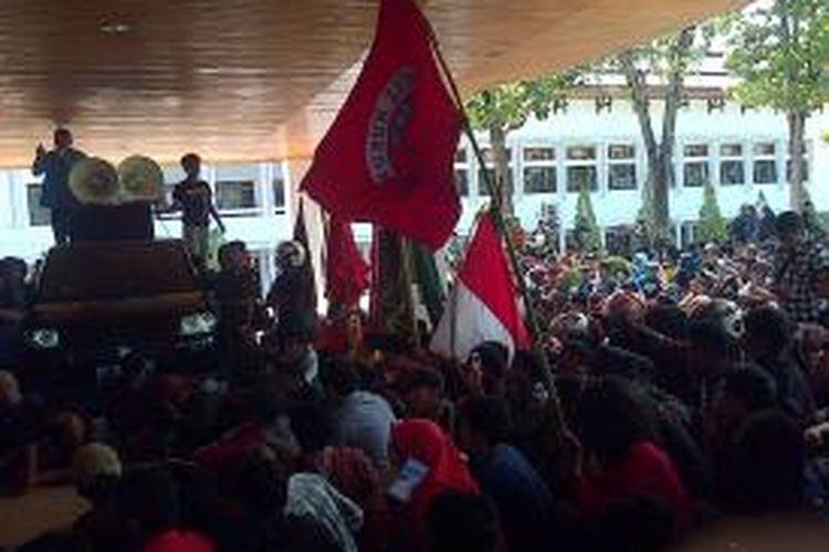 Peringati Hari Antikorupsi Sedunia, ratusan mahasiswa di Kendari mendatangi gedung DPRD dan Kejaksaan tinggi Sulawesi Tenggara, mendesak penuntasan kasus dugaan korupsi