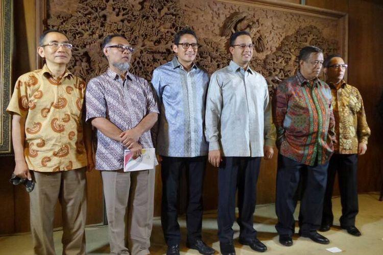 Gubernur dan Wakil Gubernur DKI Jakarta terpilih, Anies Baswedan dan Sandiaga Uno, memperkenalkan anggota tim yang membantu mereka menyerap aspirasi warga jelang pelantikan, Senin (8/5/2017). Mereka adalah Boy Sadikin, Djoko Santoso, Bambang Widjojanto, serta Adnan Pandu Praja.