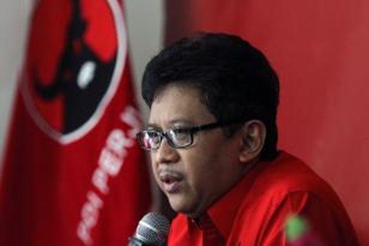 Pelaksana Tugas Sekretaris Jenderal Partai Demokrasi Indonesia Perjuangan (PDI-P) Hasto Kristiyanto memberikan keterangan pers terkait pengaktifan kembali Badan Penanggulangan Bencana Alam (Baguna) PDI-P yang sempat vakum sejak dibentuk pada 2006, di Jakarta, Jumat (9/1/2015). Kegiatan tersebut dilaksanakan sebagai bagian perayaan ulang tahun ke-42 PDI-P.