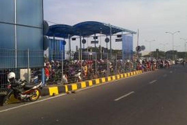 Para pemudik ke Pulau Madura mulai memadati Jembatan Suramadu, Surabaya, Jawa Timur, Senin (14/10/2013).