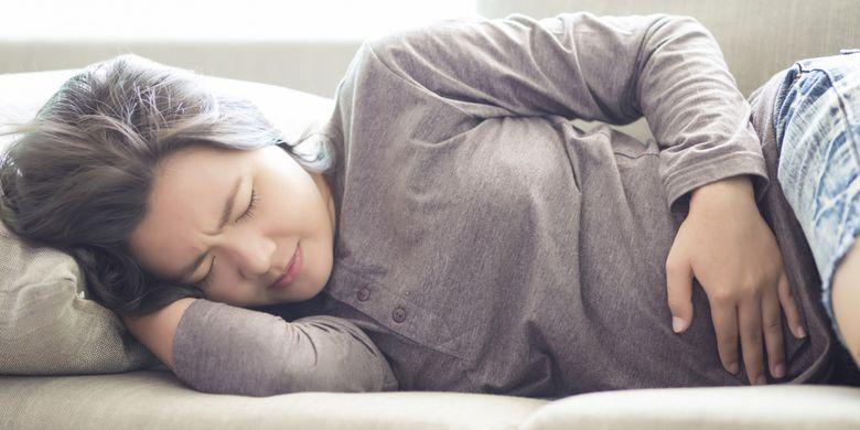 Seorang perempuan kesakitan karena PMS