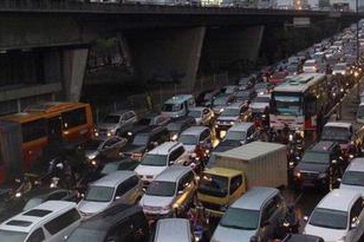 Kendaraan bermotor terjebak dalam kemacetan di Kawasan Slipi, Jakarta Pusat, Kamis (06/12/2012). Pemprov DKI Jakarta akan menerapkan konsep pembatasan kendaraan bermotor melalui metode pelat nomor genap-ganjil sebagai solusi mengatasi kemacetan di ibu kota.