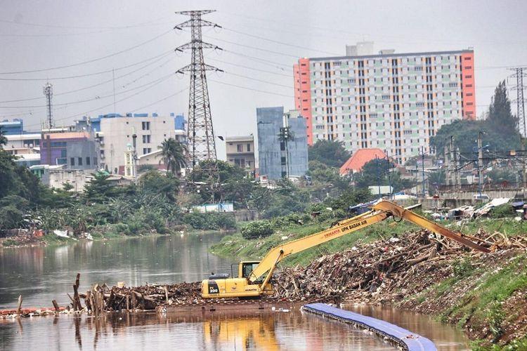 Normalisasi sungai terus dilanjutkan oleh Pemprov DKI Jakarta. Selain normalisasi sungai, juga dilakukan terhadap 14 sarana pengendali banjir seperti waduk, embung, dan situ.