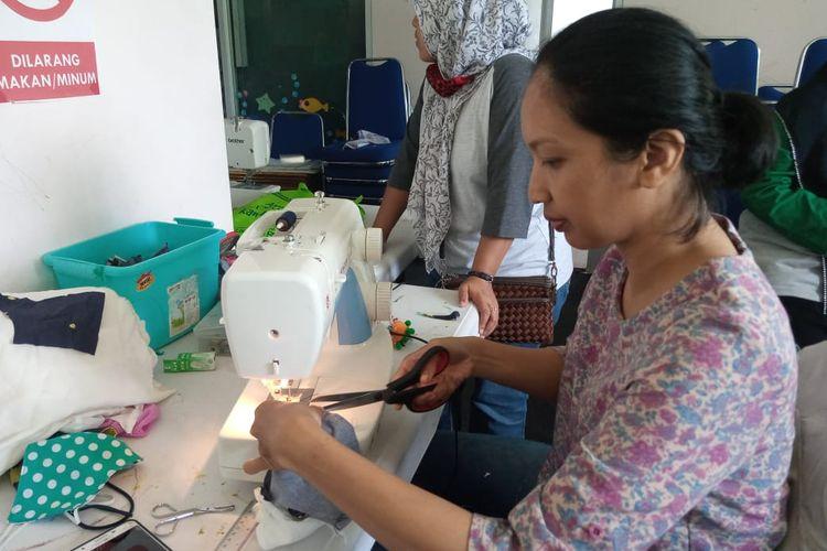 Ibu rumah tangga dan komunitas masyarakat yang menjadi anggota Rumah Pintar BSD City sedang membuat masker kain.