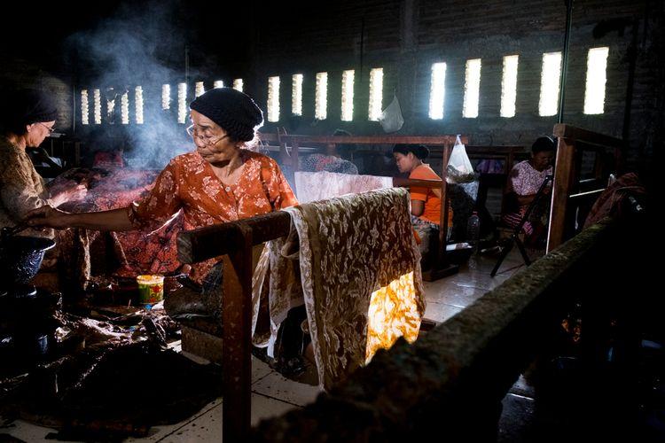 Ilustrasi pembuat batik di Lasem, Jawa Tengah