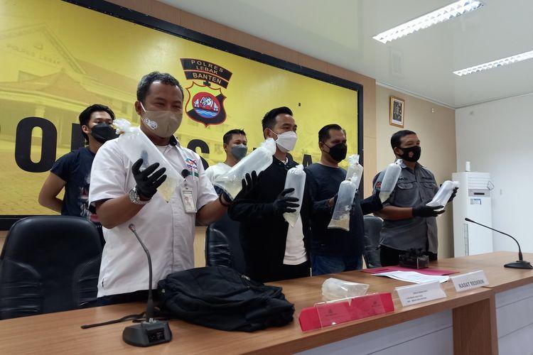 AD (38) Seorang tukang ojek di Kecamatan Bayah, Kabupaten Lebak, Banten ditangkap polisi saat hendak membawa benur atau benih lobster, Rabu (15/9/2021).