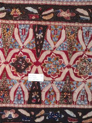Batik 3 negara atau batik syafaiyah dari Batang, dengan motif khasnya dan tiga warna yang selalu melekat, diambil di Sentra Bati Safaiyah, Batang, Jawa Tengah, Rabu (2/5/2018).