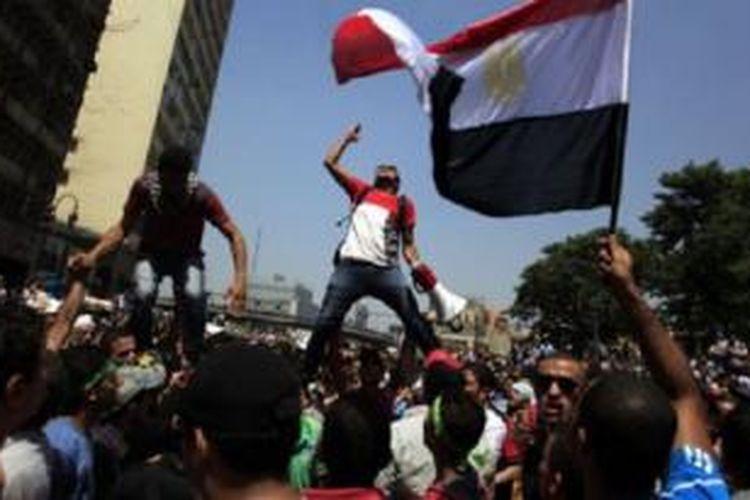 Para pendukung Ikhwanul Muslimin (IM) melakukan aksi protes di Kairo. Panel kehakiman Mesir menuduh IM beroperasi di luar aturan hukum.