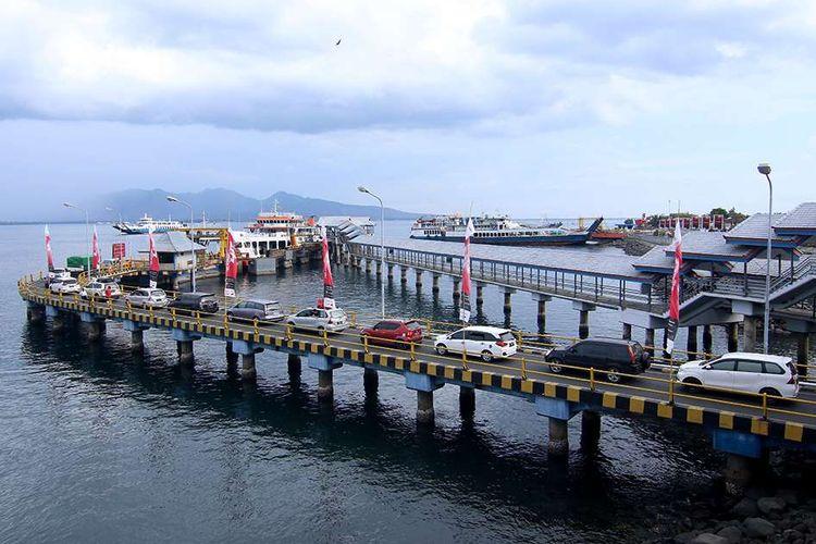 Ilustrasi: Kendaraan yang akan menyeberang ke Bali menunggu antrean masuk ke kapal  di Pelabuhan Ketapang, Banyuwangi, Jawa Timur, Selasa (24/12/2019).
