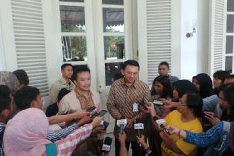 Menteri Pemuda dan Olahraga (Menpora) Imam Nahrawi (kiri) dan Gubernur DKI Jakarta Basuki Tjahaja Purnama di Balaikota, Senin (8/12/2014).