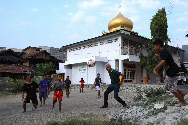 Video Ganjar Main Bola Bareng Anak-anak Palu Viral, Ini Kata Ganjar