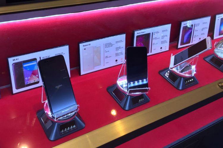 Jejeran smartphone Xiaomi yang dipajang di pusat perakitan ponsel PT Sat Nusapersada Tbk di Batam, Kepulauan Riau.