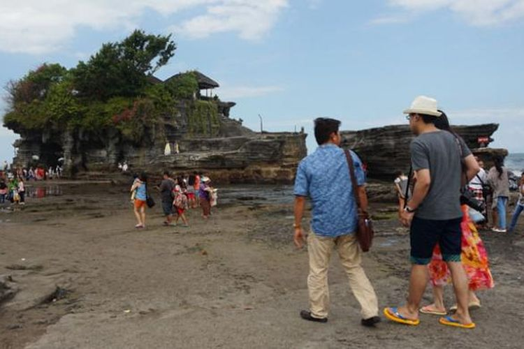 Wisatawan di Tanah Lot, Kabupaten Tabanan, Bali, Jumat (26/6/2015).