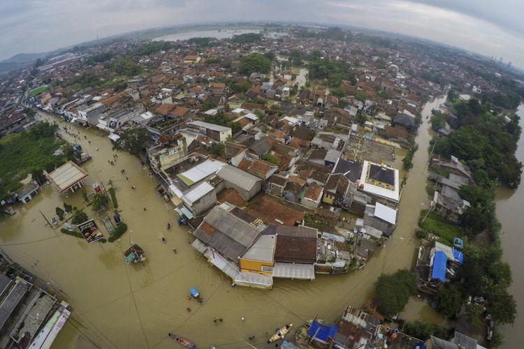 Foto udara permukiman terdampak banjir di Dayeuh Kolot, Kabupaten Bandung, Jawa Barat, Senin (26/2). Luapan Sungai Citarum yang merendam sedikitnya 9.000 rumah di 8 kecamatan Kabupaten Bandung akibat hujan dengan intensitas tinggi sejak Jumat (23/2), hingga saat ini belum surut. ANTARA FOTO/Raisan Al Farisi/ama/18