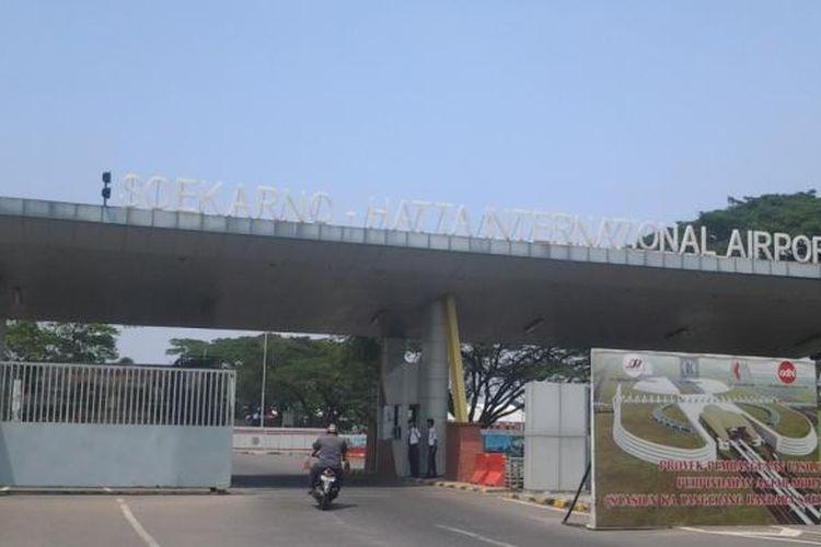 Mulai bulan Mei 2014 pintu M1 Bandara Internasional Soekarno-Hatta akan ditutup karena adanya pembangunan rel kereta api bandara, Kamis (3/4/2014).