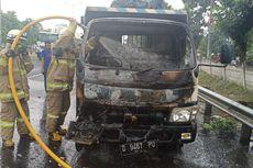 Saluran Injeksi Bocor, Sebuah Truk Terbakar di Pinggir Tol Cakung