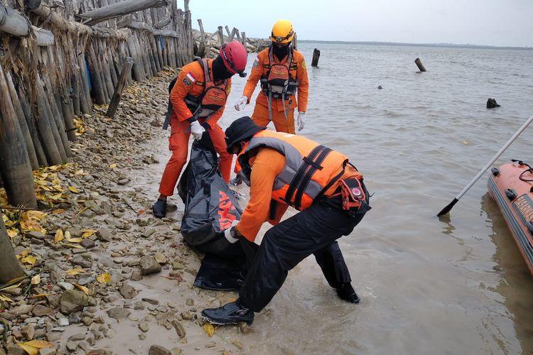Jasad Dandi (20), pemuda yang diterkam buaya di Teluk Merambai, Belitung Timur dievakuasi tim SAR, Rabu (27/1/2021).
