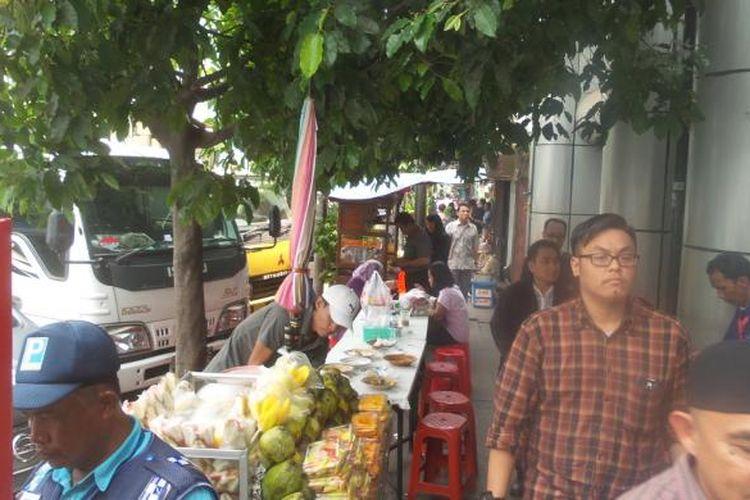 Sejumlah pekerja kantoran yang sedang menyantap makan siang di parkiran Jalan Sabang, Jakarta Pusat, Jumat (15/1/2016) siang. Situasi di jalan yang tak jauh dari kawasan Sarinah itu masih normal. Meskipun pada Kamis kemarin sempat ada aksi peledakan bom di Sarinah.