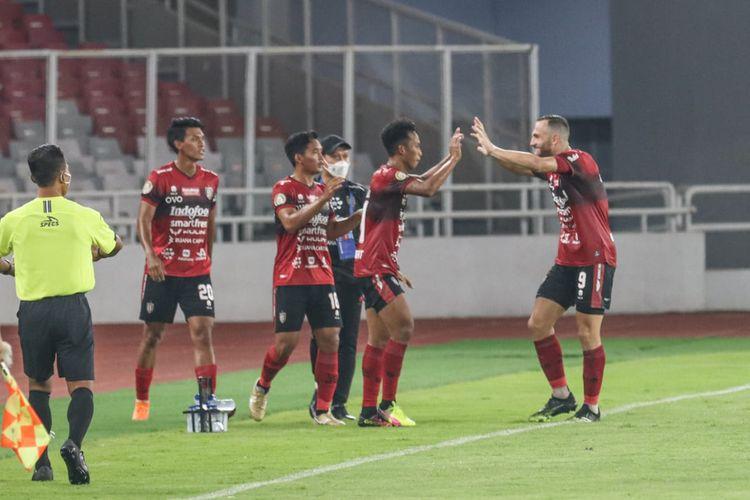 Para pemain Bali United merayakan gol Muhammad Rahmat pada laga pembuka Liga 1 2021 kontra Persik Kediri, Jumat (27/8/2021).