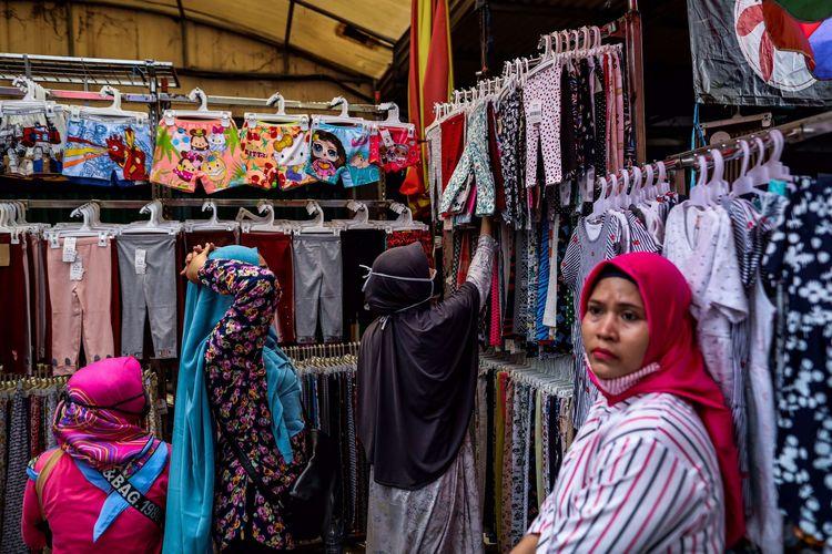 bWarga saat berbelanja di tengah pembatasan sosial berskala besar (PSBB) di Pasar Tanah Abang, Jakarta Pusat, Senin (18/5/2020). Pedagang kembali meramaikan pasar Tanah Abang, saat Pemerintah Provinsi DKI Jakarta kembali memperpanjang penutupan sementara Pasar Tanah Abang hingga 22 Mei 2020 untuk mengurangi kerumunan orang di ruang publik guna mencegah penyebaran COVID-19.