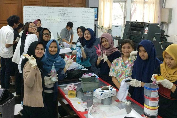 Mahasiswi Jurusan Grafika Politeknik Negeri Jakarta yang sedang praktik di Ruang Ofset.