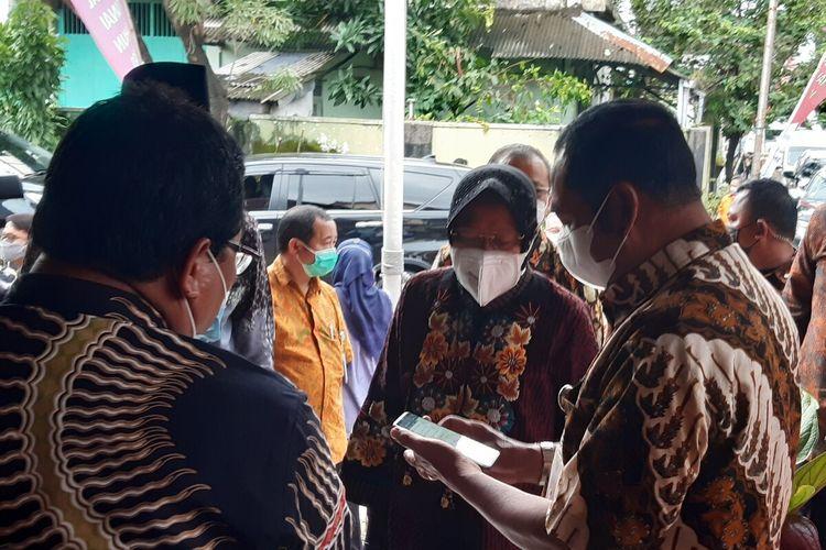 Menteri Sosial Tri Rismaharani berbincang dengan Wali Kota Solo FX Hadi Rudyatmo dalam kunjungannya meninjau penyaluran BST di Kelurahan/Kecamatan Jebres, Solo, Jawa Tengah, Jumat (29/1/2021).