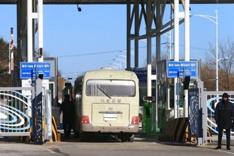 Bus yang membawa rombongan pejabat Korea Selatan melintasi perbatasan antar-Korea di Goseong, provinsi Gangwon, Selasa (23/1/2018).