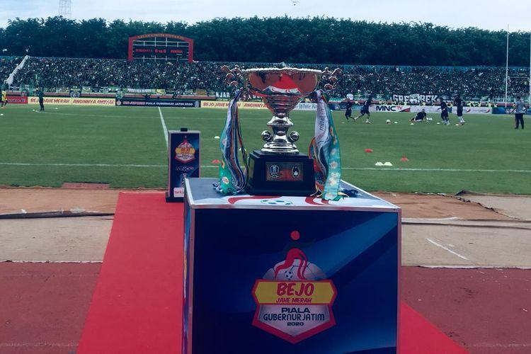 Trofi Piala Gubernur Jatim 2020 dipamerkan di Stadion Gelora Deltar Sidoarjo.
