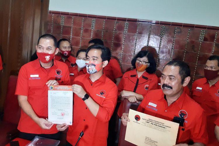 Bakal calon wali kota dan wakil wali kota Solo yang diusung PDI-P Gibran Rakabuming Raka dan Teguh Prakosa serta Ketua DPC PDI-P Solo FX Hadi Rudyatmo dalam konferensi pers di Loji Gandrung Solo, Jawa Tengah, Jumat (17/7/2020).
