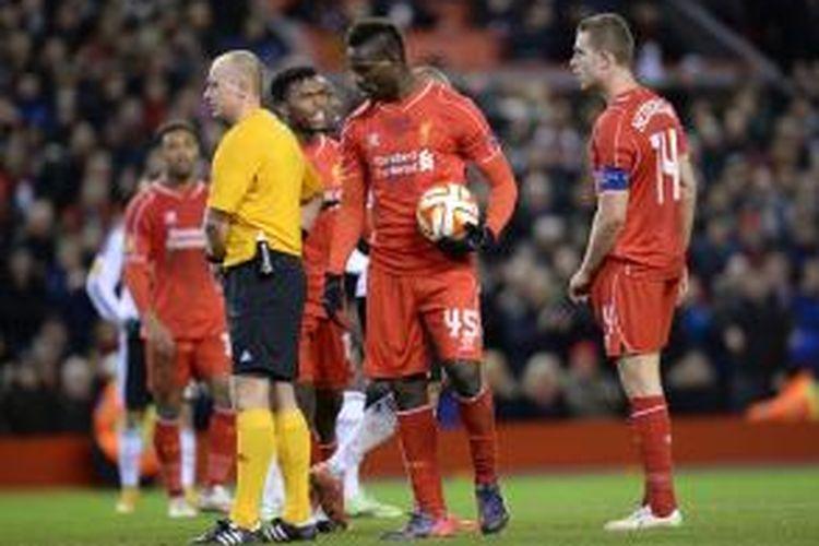 Penyerang Liverpool, Mario Balotelli, beradu argumen dengan Daniel Sturridge (kiri) dan Jordan Henderson (kanan), sebelum mengeksekusi tendangan penalti pada leg pertama babak 32 besar melawan Besiktas, Kamis atau Jumat (20/2/2015) dini hari WIB.