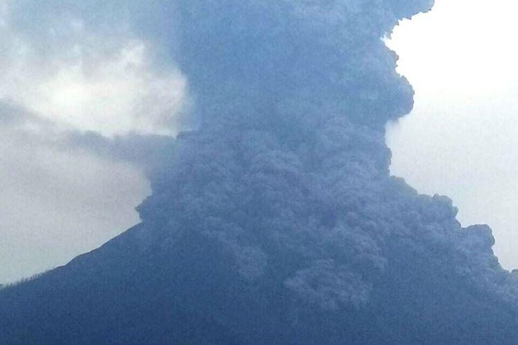 Gunung Sinabung kembali meletus dengan tinggi kolom abu lebih dari 5.000 meter, Jumat (6/4/2018).