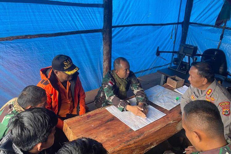 Tim evakuasi gabungan tengah berkoordinasi sebelum bergerak menuju lokasi jatuhnya pesawat Rimbun Air di salah satu gunung di Kampung Bilorai, Distrik Sugapa, Kabupaten Intan Jaya, Papua, Rabu (15/9/2021)