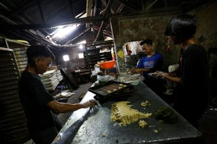 Sejumlah pekerja usaha mikro, kecil, dan menengah (UMKM) di kawasan Kebayoran Lama, Jakarta Selatan, membuat kue, Minggu (13/9/2020).