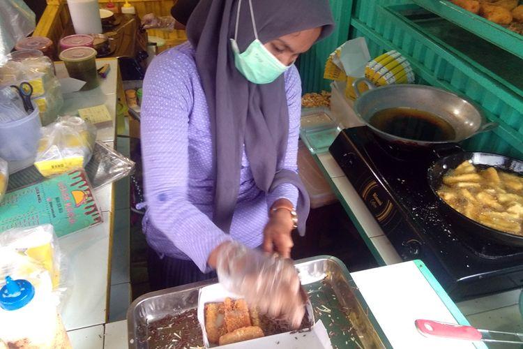Pekerja menyiapkan pisang goreng krispi di Jalan Merdeka Utama, Kota Lhokseumawe, Aceh, Rabu (8/5/2019).