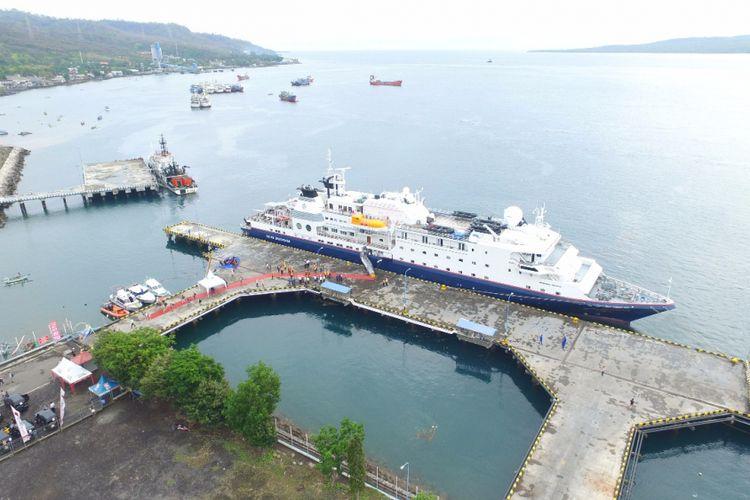 Kapal Pesiar MV Silver Discoverer bersandar di Pelabuhan Tanjungwangi Banyuwangi Jumat (24/11/2017) dengan membawa 182 orang penumpang yang terdiri dari wisatawan dan juga crew kapal